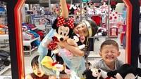 <p>Senyum menggemaskan Kakak Zara dan sang adik saat main bareng Mickey dan Minnie Mouse. (Foto: Instagram @mandala_abadi_shoji) </p>