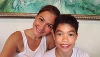 """<p>Kali ini<a href=""""https://hot.detik.com/movie/4369117/jadi-wanita-berkebaya-merah-di-dreadout-rima-melati-adams-alami-kejadian-lucu"""" target=""""_blank"""">Rima</a> selfie dengan Edga yang senyumannya sama manis dengan sang Bunda. Edga adalah anak Rima bersama suami sebelumnya, Bun. (Foto: Instagram @rimamelati)</p>"""