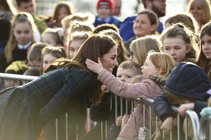 Melihat kedekatan Kate Middleton dengan anak-anak yang merupakan penggemar ciliknya bikin hati ini adem deh, Bun.