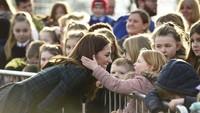 <p>Saat seorang anak membelai rambutnya, Kate Middleton meresponsnya dengan senyum sumringah. Adem banget ya melihatnya, Bun.</p>