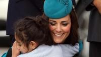<p>Ketika bertemu dengan fans ciliknya, Kate juga selalu menunjukkan keramahan.</p>