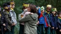 <p>Pelukan hangat Kate Middleton untuk seorang bocah yang bikin melting.</p>