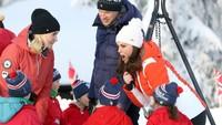 <p>Wah, Kate sedang memberi semangat anak-anak saat main ski. Sukses ya, Nak!</p>