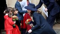 <p>Selama ini, kalau bertemu anak-anak Kate selalu mensejajarkan tubuhnya, Bun. Dengan begitu, terjadi kontak <em>eye level</em> di antara mereka. </p>