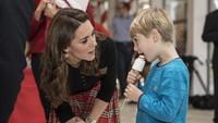 <p>Hmm, apa ya yang sedang dibicarakan Kate dan bocah laki-laki ini? Serius banget kayaknya yang mereka perbincangkan. He-he-he. </p>