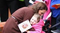 <p>Senyum tulus Kate Middleton ketika memeluk penggemar kecil.</p>