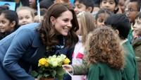 <p><em>Happy</em> banget Kate dapat hadiah bunga dari penggemar ciliknya.</p>