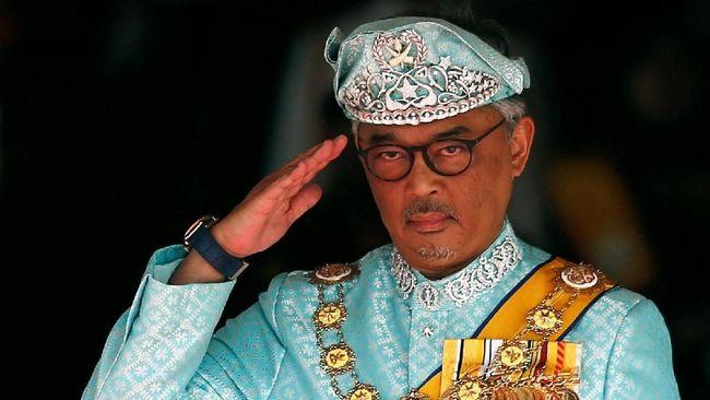 Raja Malaysia sengaja menghentikan konvoi kerajaan demi menolong pengendara mobil yang mengalami kecelakaan di Putrajaya, Rabu (26/6).
