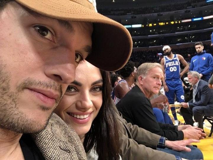Berawal dari sahabat, hubungan Ashton Kutcher dan Mila Kunis berlanjut ke jenjang pernikahan. Keduanya kini telah dikaruniai dua anak.