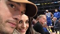 Ashton Kutcher dan Mila Kunis saat menonton pertandingan basket NBA. (Foto: Dok. Twitter)