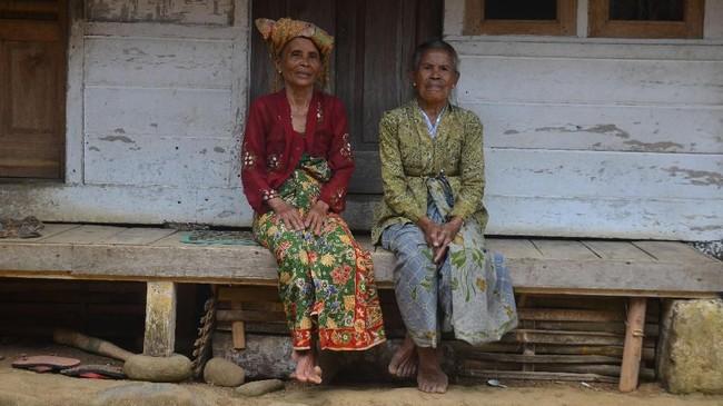 Kampung adat Naga terletak 30 km dari Kota Tasikmalaya. Desa ini dikenal masih memegang teguh tradisi, seperti panen padi yang dimulai dengan ritual ngukusan.