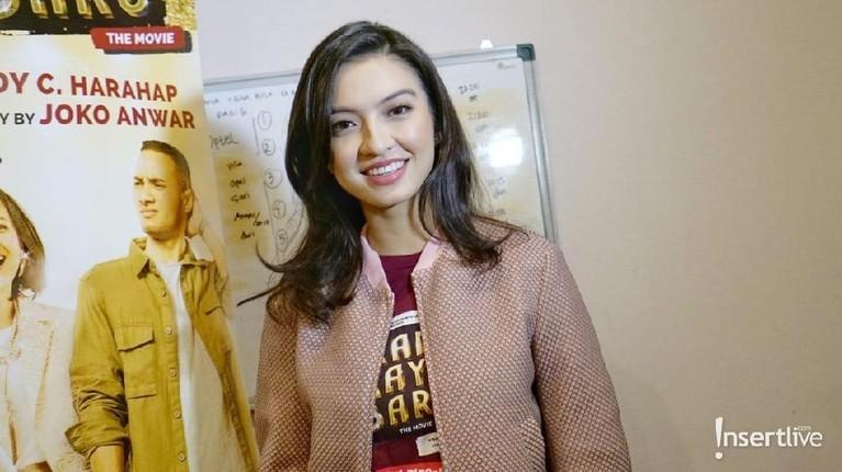 Raline Shah. Finalis Puteri Indonesia 2008 ini bisa berbicara dalam bahasa Indonesia, Prancis, Melayu, hingga Inggris. Selain cantik, Raline memang dikenal sebagai salah satu aktris yang dikenal sangat cerdas.