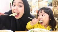 <p>Makan bersama Maryam, lahap banget nih makannya. (Foto: Instagram @riaricis1795)</p>