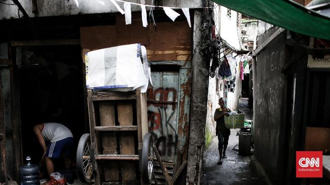 Badan Pusat Statistik DKI Jakarta mencatat jumlah penduduk miskin mencapai 501,92 ribu orang per Maret 2021 atau naik 5.100 orang dari September 2020.