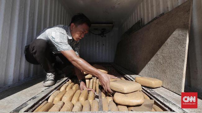 Sebuah truk yang membawa ganja ditumpuk dengan buah, terguling di Tol Bakauheni-Terbanggi Besar, Lampung. Diduga karena sopir kelelahan.