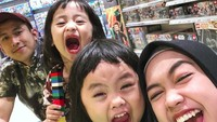 <p>Nggak tanggung-tanggung, Ria Ricis suka mengajak keponakannya jalan dan mengunjungi toko mainan. (Foto: Instagram @riaricis1795)</p>