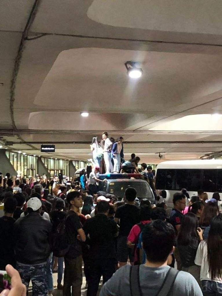 Beberapa penggemar BLACKPINK di Filipina juga terlihat menaiki sebuah mobil demi melihat idola mereka secara langsung.