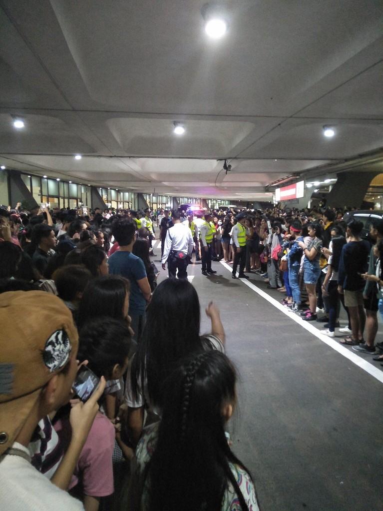 Suasana di luar bandara, terlihat para penggemar BLACKPINK memadati jalan di depan pintu kedatangan.