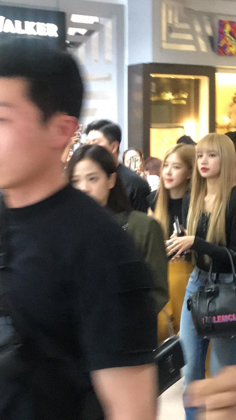 Penampilan Lisa dan member BLACKPINK lain saat mendarat di Manila, Filipina.