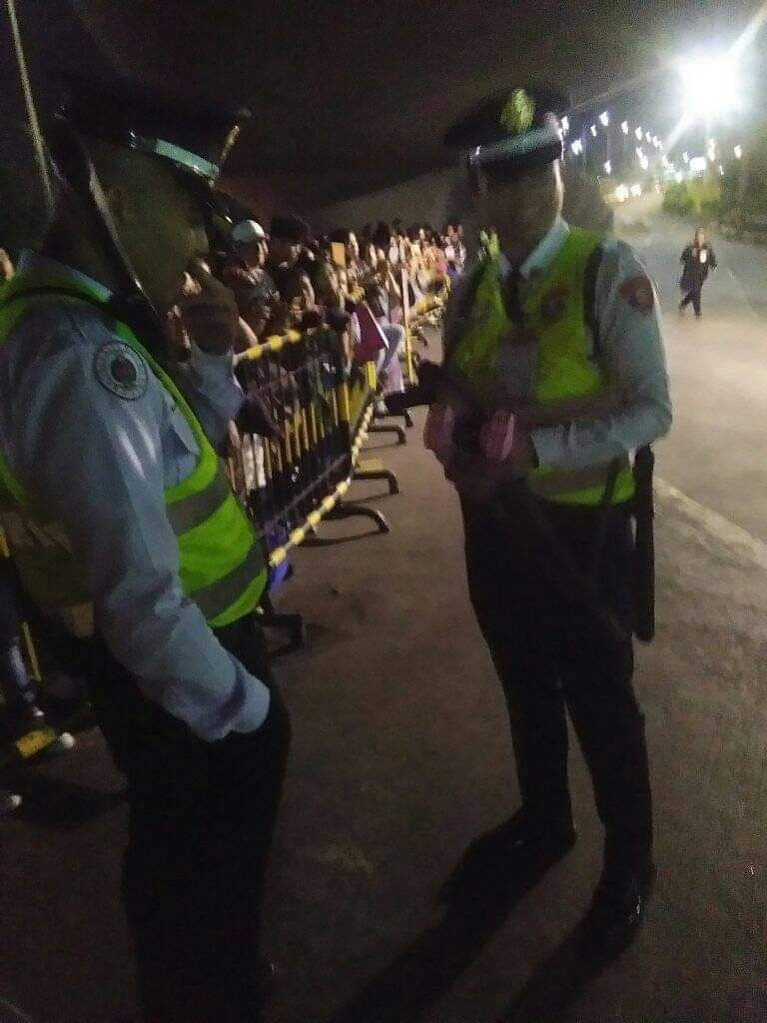Pihak kepolisian setempat juga terlihat mengamankan para penggemar BLACKPINK yang tak terkendali.
