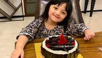 <p>Pada 14 Desember 2018, Acio genap berusia 4 tahun. Dikasih <em>surprise</em> tengah malam plus kue ulang tahun. (Foto: Instagram @queenarsy)</p>