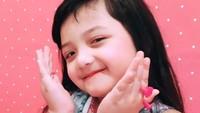 <p>Imut banget deh posenya Acio. <em>Cute little girl</em> lagi pamer asesoris serba pink nih. (Foto: Instagram @queenarsy)</p>