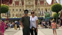 <p>Meski baru memasuki usia 14 tahun, tapi Sean tumbuh lebih tinggi dari sang mama. Tuh, buktinya waktu foto berdua sama si Mama Olla. (Foto: Instagram @seanmikaelalexander)</p>
