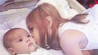 <p>Safeea bisa dibilang kakak penyayang, dari beberapa foto candid ia sering mencium pipi Baby R. Senang ya lihat kakak dan adik kompak seperti itu. (Foto: Instagram @ahmaddhaniprast)</p>