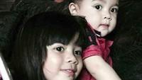 <p>Orang yang pertama kali melihat, pasti percaya kalau mereka kakak adik. Wajah Safeea dan Baby R di foto ini mirip banget ya, Bun? (Foto: Instagram @safeea.ahmad)</p>