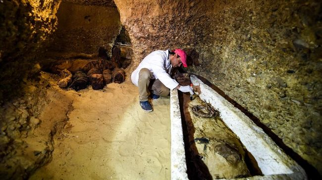 Para ahli mengunakan kombinasi computed tomography (CT) dengan difraksi Sinar-X untuk meneliti mumi Mesir era Romawi, di Hawara, Mesir.