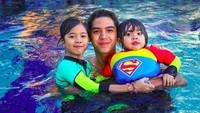 <p>Berenang bersama kakak Al, seru banget kelihatannya ya? ((Foto: Instagram @alghazali7)</p>
