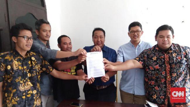 Melalui surat terbuka, sejumlah jurnalis dan pegiat di Surabaya mendesak Presiden Jokowi segera mencabut remisi I Nyoman Susrama.