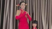 <p>Wah kalau gaun yang digunakan Denada dan putrinya ini tampak sangat anggun ya, Bun? (Foto: Instagram @denadaindonesia)</p>