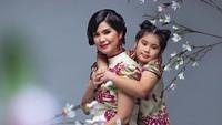 <p>Kalau dress dipadupadankan dengan batik begini, seperti yang dipakai Annisa Pohan dan putrinya terlihat cantik ya, Bun. Terkesan elegan juga. (Foto: Instagram @annisayudhoyono)</p>