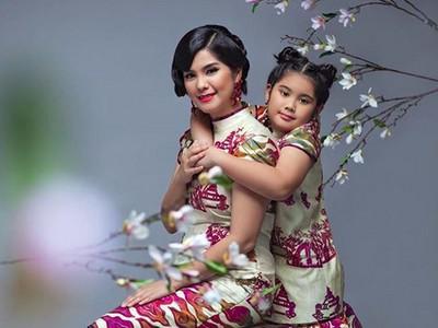 6 Inspirasi Busana Kompak Ibu-Anak untuk Rayakan Imlek