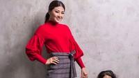 <p>Pakaian bertema merah yang simpel dan polos seperti dikenakan Sarwendah dan Thalia ini bisa jadi ide kompak untuk Bunda dan si kecil lho. (Foto: Instagram @sarwendah29)</p>
