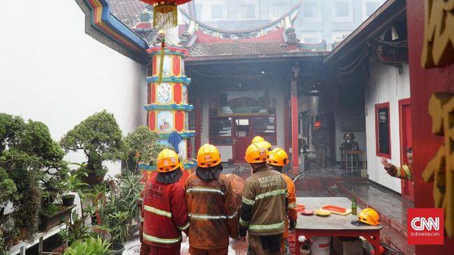 Setelah satu jam berlangsung, kebakaran di Wihara Satya Budhi, di Bandung, padam dan penyebabnya masih diselidiki oleh kepolisian dengan menerjunkan tim Inafis.