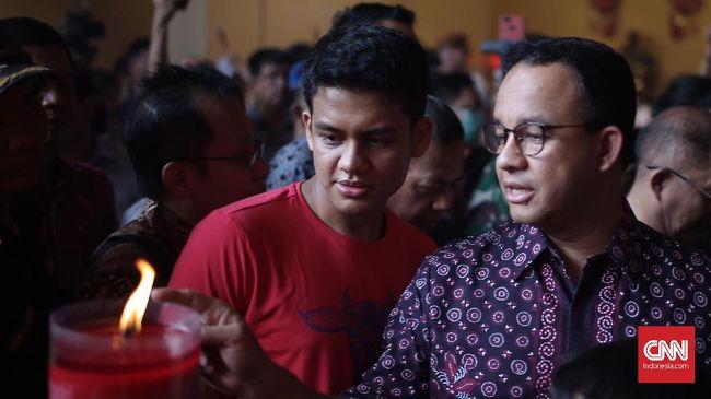 Gubernur DKI Jakarta Anies Baswesdan menerima sejumlah hadiah dari warga etnis Tionghoa usai merayakan imlek di kawasan Petak Sembilan, Jakarta Barat.