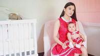 <p>Dress merah dengan tema polkadot yang dipakai Chelsea dan anaknya ini juga terlihat menarik kan, Bun? Tidak terlalu formal namun tidak meninggalkan kesan cantiknya. (Foto: Instagram @chelseaoliviaa)</p>