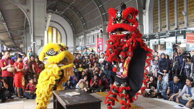 Rio, salah satu keturunan Tionghoa, mengaku bangga menari barongsai yang merupakan budaya keluarganya dan bercita-cita mengikuti kejuaraan internasional.