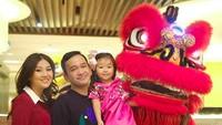 <p>Momen Thalia bersama ayah bundanya saat merayakan Imlek nih. Serunya bisa foto bareng barongsai. (Foto: Instagram @sarwendah29)</p>