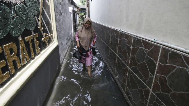 Di depan Anies, Ketua RW Rawa Buaya, M Sahri menyebut banjir biasa surut dalam empat atau lima hari, tapi kali ini banjir surut satu hari.