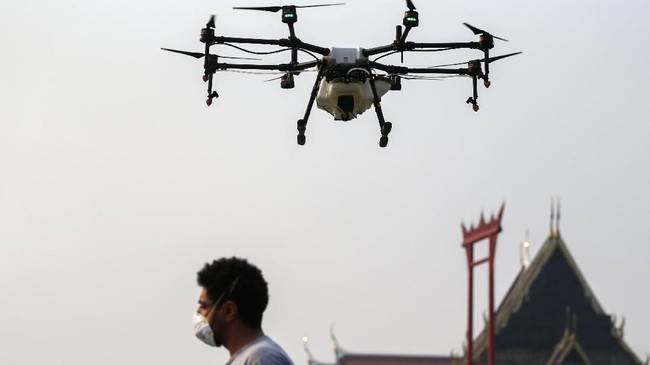 Pemerintah kota Bangkok menerbangkan drone ke langit kota untuk membuat hujan buatan guna atasi parahnya polusi kota itu.