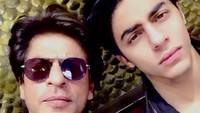<p>Aktor Bollywood, Shahrukh Khan, dan anak laki-lakinya, Aryan Khan, bak pinang dibelah dua. Aryan yang kini berusia 22 tahun memiliki wajahganteng mirip dengan sang ayah. (Foto: Instagram)</p>