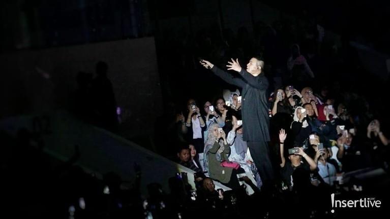 Penonton konser Monokrom pun bernyanyi bersama Tulus dengan riuh.
