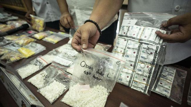 Polisi menggerebek lima toko obat dan dua toko kosmetik di Jakarta dan Bekasi yang menjual obat tanpa izin edar dan tanpa resep serta menyita 13.003 butir obat.