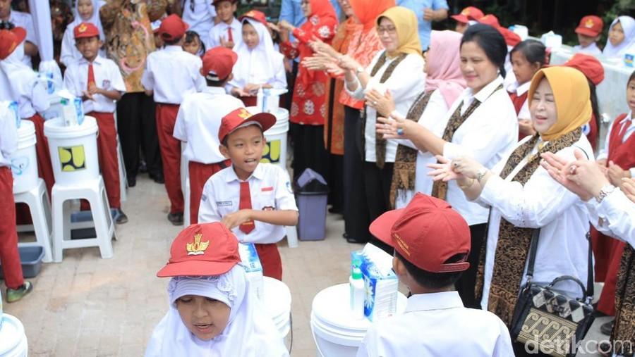 Cara Iriana Jokowi Biasakan Anak Mencuci Tangan