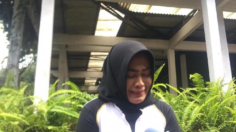 Air matanya luruh, melihat Della tersangkut kasus prostitusi online. Simak curahan hati ibunda almarhum Julia Perez terkait kasus yang membelit si bungsu.