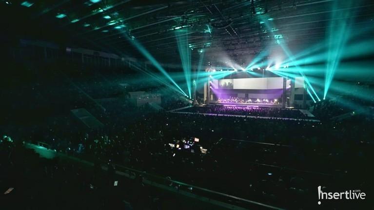 Konser Monokrom Tulus ditutup dengan sangat meriah dengan lampu-lampu yang spektakuler.
