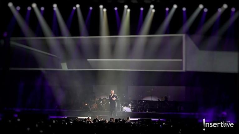 Tulus membuka konsernya dengan megah. Lagu-lagu terbaik ciptaannya pun tak luput ia nyanyikan.